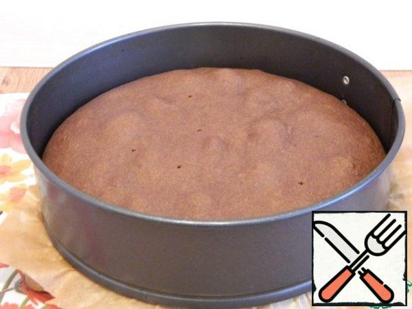 Put in a preheated oven to 190 degrees, after 5 minutes, reduce the temperature to 180 degrees. Bake the cake for 40-45 minutes until the skewer is dry.