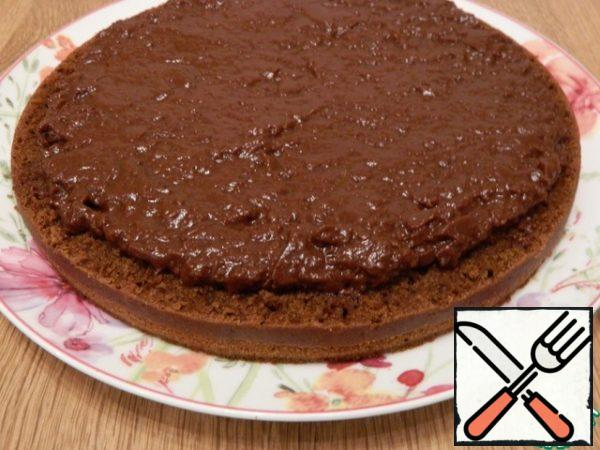 Smear it with cream, for the most part, it is well smeared on the surface, do not reach the edge of 1 cm.
