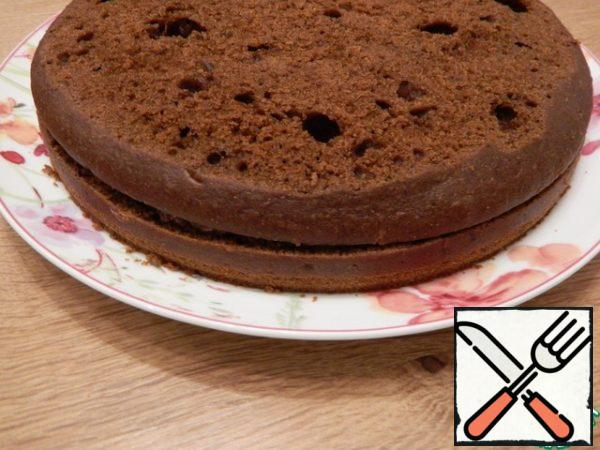 Lay the second cake, the same cut part, top up. Press lightly along the edge of the cake, along the entire circumference, so that the edges close where the seam is, there is no cream and it will press well.