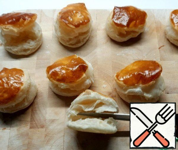 Cut the cooled pastries lengthwise with a knife, without touching the back wall.
