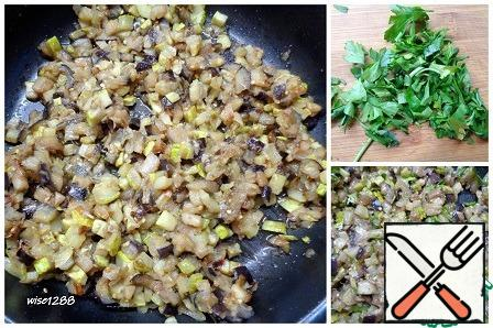In vegetable oil, fry the onion for a couple of minutes, add the zucchini and eggplant, salt continue to fry for another ten minutes. Cut the parsley and add to the vegetables, mix, cool.
