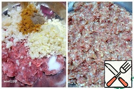 Add seasoning, pepper, salt, rice, onion and garlic to the minced meat. Mix well.