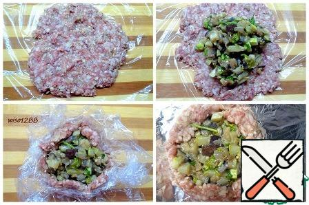 Preheat the oven to 180 degrees. Form a meat biscuit: on a food film, distribute a portion of minced meat with a flatbread, put the vegetable filling in the middle and use the film to raise the edges of the meat tortilla (or in another convenient way). Trim the edges.