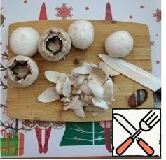 Put on the stove to cook the marinade. Pour water, put sugar and salt, stir. Add allspice, cloves, bay leaf, bring to a boil and spread the mushrooms. Before you put them in the marinade, clean the mushrooms and remove their leg. Cook for 5 minutes and pour the vinegar. Bring back to a boil and remove from heat.