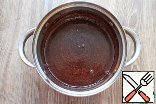 In a saucepan, add sugar, cocoa and mix. Add the butter and pour in the milk. Put everything on medium heat and bring to a boil. Cook until smooth. Remove from heat and cool to room temperature. In general, this can be done in advance, for example, in the evening, and in the morning will prepare a cake-cake.