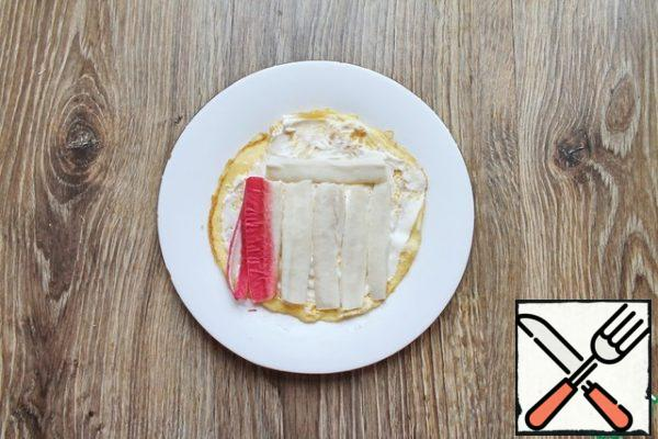 Unroll the crab stick and place it on the cheese layer. If the wand is torn, it's okay.
