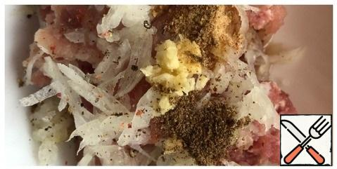 In the minced meat, grate the onion on a coarse grater, pass the garlic through the press. Add salt, ground pepper, coriander and cottage cheese. Knead the minced meat thoroughly.