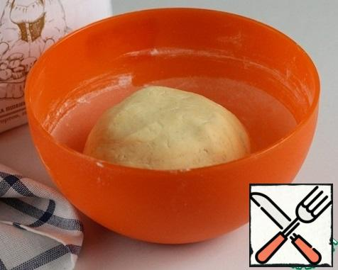 Quickly knead the dough into a ball, wrap it in plastic wrap and put it in the refrigerator for an hour. I cooked from half the norm, if you cook from the entire norm, the dough is better divided into 2 parts, on the one hand, the other is waiting for its turn in the refrigerator.