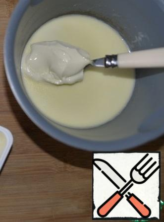 Preparing the fill. We heat the cream a little, put the melted cheese in them, stir with a whisk. Cream needs slightly warmed, otherwise the cheese will not dissolve. I have melted cheese.