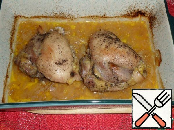 After an hour, remove the form with chicken meat from the oven. Remove the foil.