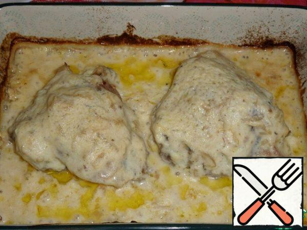 Remove the mold from the oven. Pour a thick sauce over the chicken meat. Return to the oven for another 5 minutes. Then remove the mold from the oven.