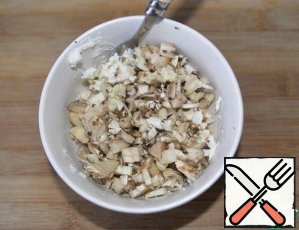 Add finely chopped mushrooms. Squeeze out the garlic.