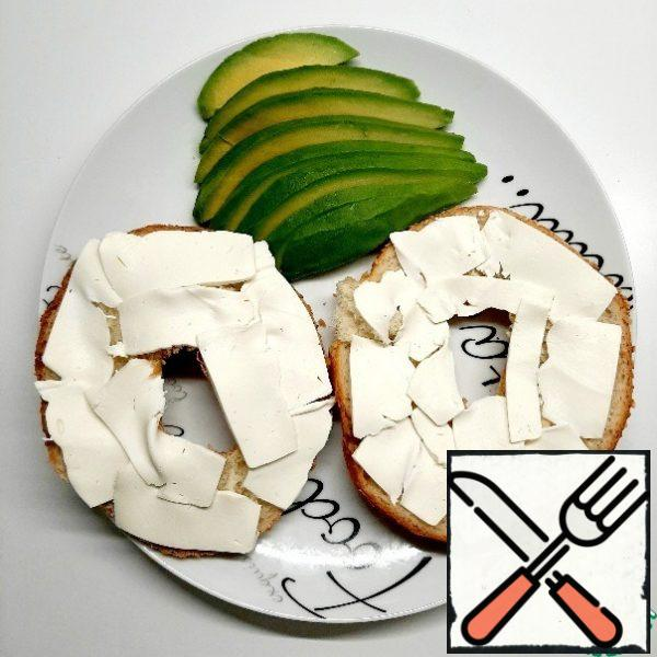 Peel the avocado and cut it into slices.