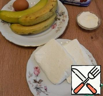 We will prepare the necessary products. In this casserole, you can use up to 6 overripe bananas, but I took three, two slightly overripe and one of good ripeness, the fourth I used for decoration.