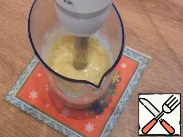 We will bring three bananas to a homogeneous state with an immersion blender. The fourth will be left for decoration.