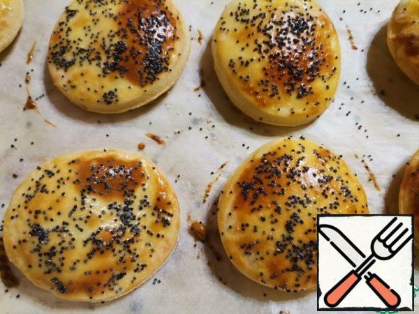 Bake the crumpets in the oven at 180 degrees, 10-15 minutes until golden brown. When baking, the crumpets swell.