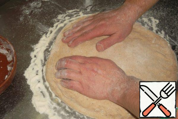 The fingers of the left hand pull the dough forward, the fingers of the right-slightly forward and sideways at the same time. Slightly scroll the blank and repeat the movements. Of course, it is difficult to explain this clearly with the help of photos. Therefore, as I said above, I will show a small video of this process in my diaries...