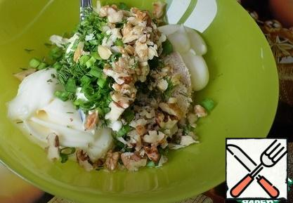 Lightly fry the nuts, cool. Add chopped walnuts, finely chopped herbs and mayonnaise.