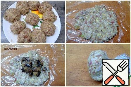 Form the stuffed meatballs: divide the prepared meatball mince into portions. Turn each portion of minced meat into a flat cake, on which to put minced meat, connect the edges. It is convenient to do this with cling film. It turned out ten blanks.