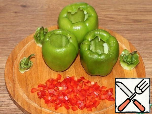 Cut off the tail of sweet pepper and remove the seeds. Cut the red pepper into small cubes.