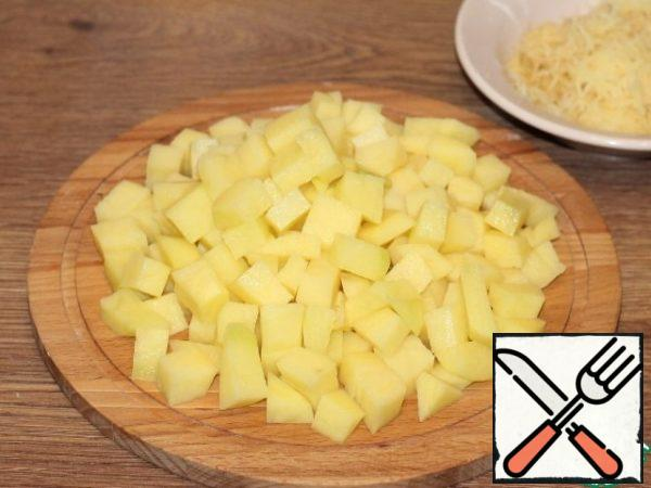 Peel the potatoes. Three 100 grams of potatoes on a medium grater and add to the minced meat, the rest of the potatoes are cut into cubes.