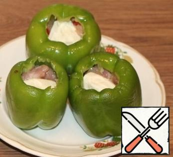 1 tbsp. put minced meat in the peppers. Put portioned cheese in the middle of the peppers