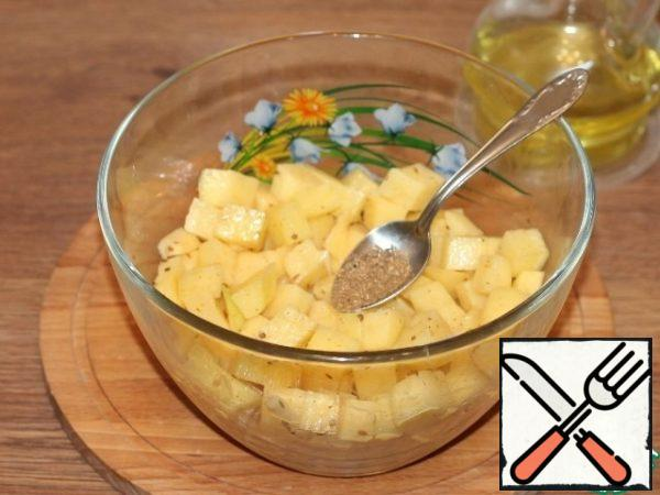 Add seasoning to chopped potatoes (0.5 tsp - cumin, coriander), 1 tbsp. l. vegetable oil, pepper and salt, mix.