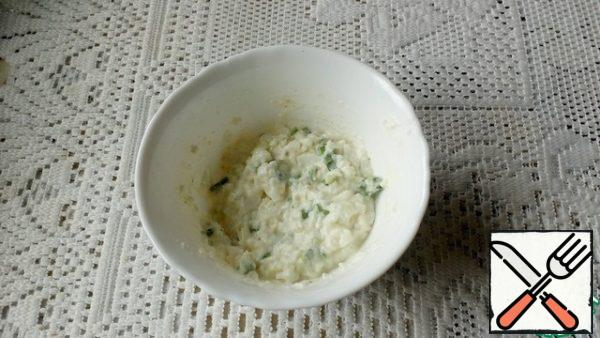 I cut each slice of bread diagonally into 2 pieces. For pasta, I used this kind of melted cheese. It has a very soft consistency. I mashed the whites with a fork and mixed them with cheese and chopped green onions. A little salt.