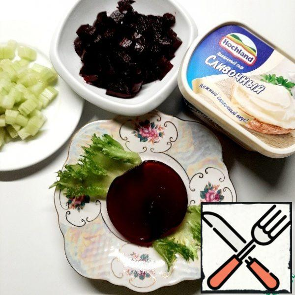 Put the jelly on the lettuce leaves. Put the jelly container in hot water for a few seconds and turn it over on a serving plate.