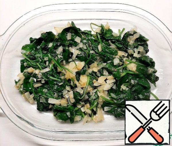 Add spinach, cook for a few minutes, until spinach is dry. If you bake not in a frying pan, but in a different form, then put the onion and spinach there.