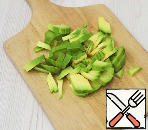 Peel the avocado, remove the pit, cut into pieces, sprinkle with lemon juice to avoid darkening.