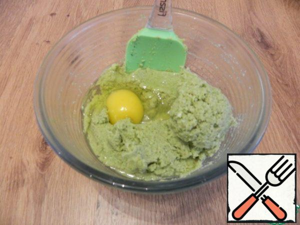 Add the egg, salt and pepper. Let's stir.