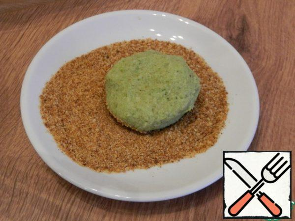 Take the dough in portions and form cutlets, breaded in breadcrumbs.