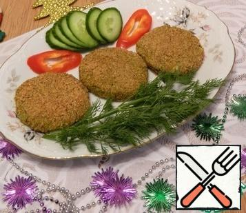 The cutlets are browned and look delicious. Very tasty, satisfying, simple, fast. Decorate with vegetables and herbs.