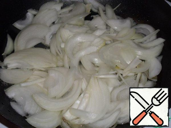 Pour 2 tbsp into a preheated pan vegetable oil and spread the chopped onion.