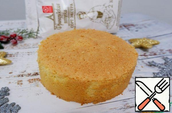 When ready, cool the sponge cake, then remove it from the ring, wrap it in plastic wrap and send it to the refrigerator for 8 hours.