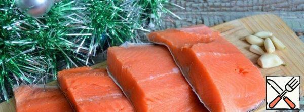Peel the fish, remove the ridge and bones, cut into portions.