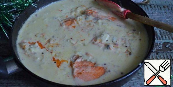 Put the fish in the sauce, let it boil, salt to taste. Remove from heat.