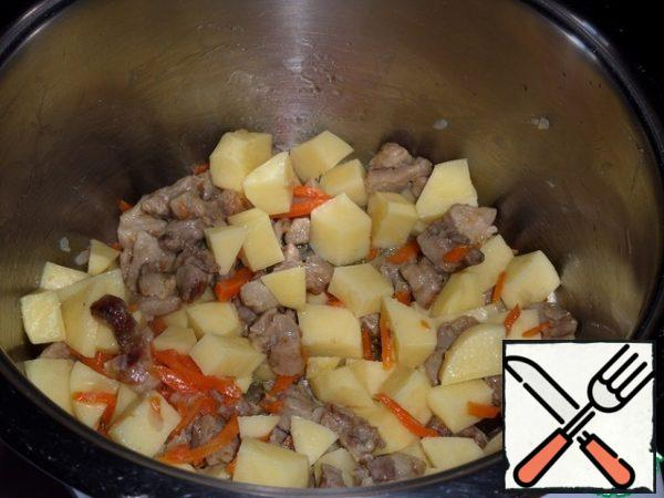 Then add the chopped potatoes to the pot. We mix.