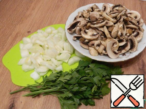 Let's prepare products for the filling. Chop the onion and mushrooms finely, rinse the greens well.