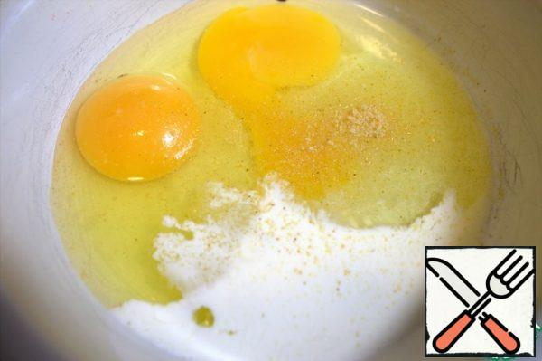 Pour cream into the eggs and add garlic powder (I have it with salt). Beat.
