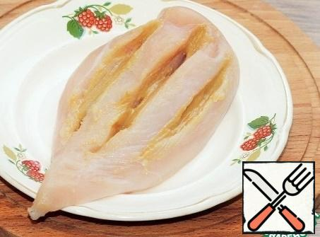 Marinate the chicken. We make three deep cuts on the chicken breast and grease generously with Dijon mustard. We close the chicken with a lid and leave it on the table for 1 hour.