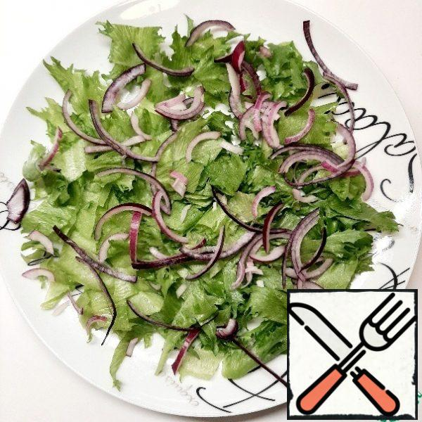 Cut the lettuce leaves and place them on a platter. Top with chopped onion.