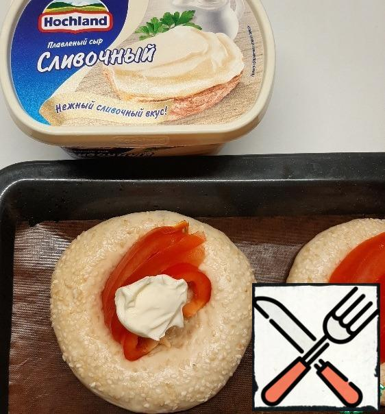 Put the chopped filling and melted cheese on top.