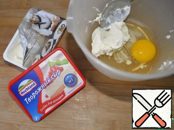 Take the curd cheese, egg and mix thoroughly with a fork or mixer.