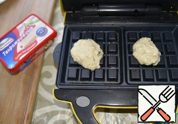 Take a waffle iron, put a spoonful of dough and bake the waffles, according to the instructions of your waffle iron. If you do not have a waffle iron, then you can bake like pancakes in a frying pan in oil.
