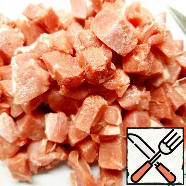 Cut the meat into small cubes. It is more convenient to do this with slightly frozen meat. Add to the onion and fry. Sprinkle with paprika.