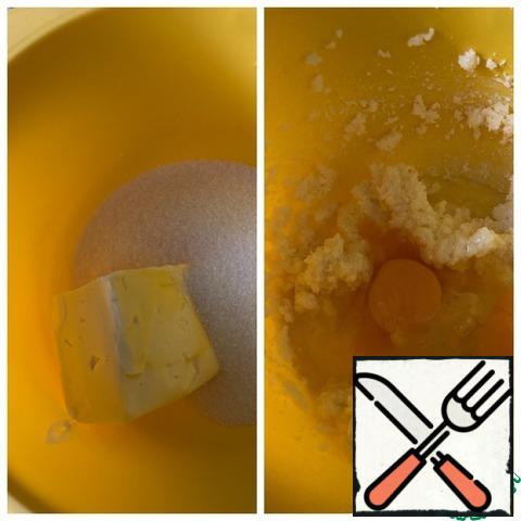 Beat butter at room temperature with sugar. Enter the eggs and continue to beat for at least a minute.