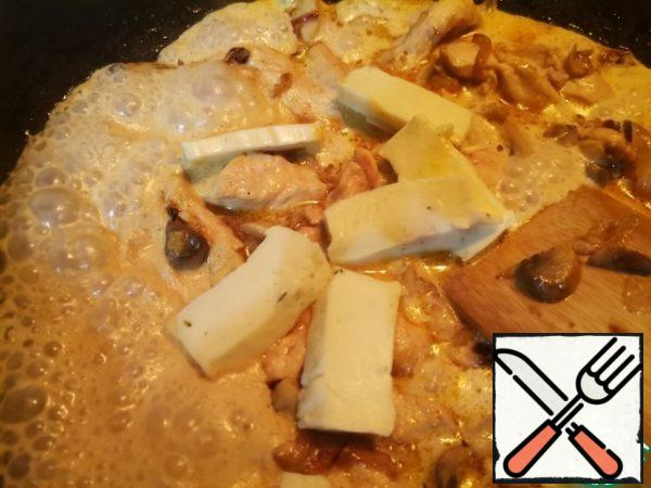 In a saucepan, add cream and melted cheese. Mix well.