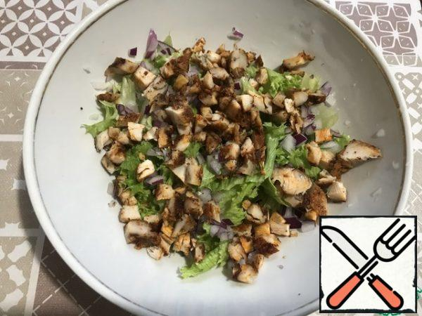 Cut the chilled chicken fillet into cubes, put it in a salad bowl.